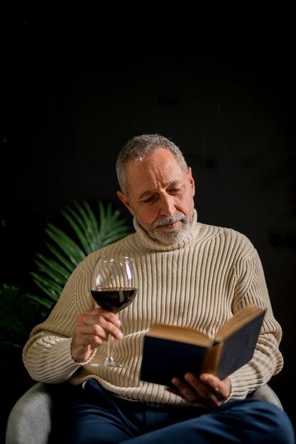 Älterer mann mit weinlesebuch Kostenlose Fotos