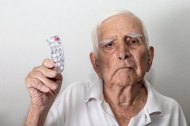Älterer mann traurig darüber, dass ihm die medizin ausgeht Premium Fotos