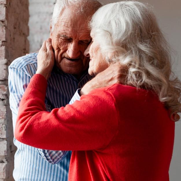 Älterer mann und frau zusammen in der liebe | Kostenlose Foto