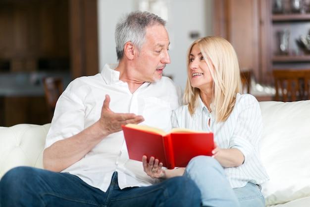 Älteres ehepaar zusammen ein buch zu lesen Premium Fotos