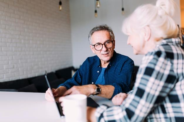Älteres paar im altersheim mit laptop Premium Fotos