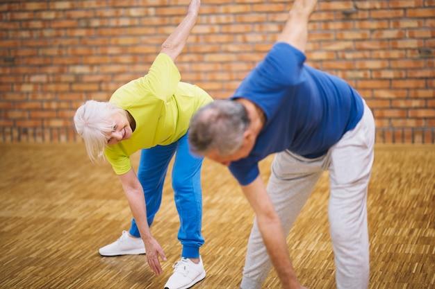 Älteres paar im fitnessstudio Kostenlose Fotos