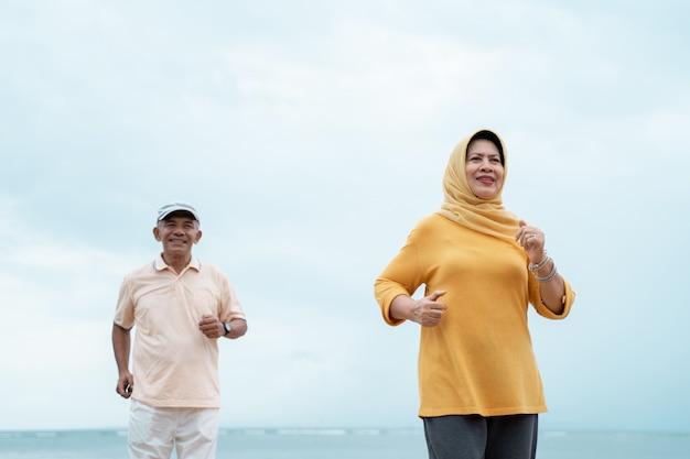 Älteres paar läuft und trainiert im freien Premium Fotos