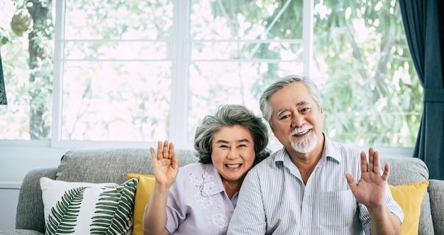 Älteres paar sagen hallo in die kamera schauen Kostenlose Fotos