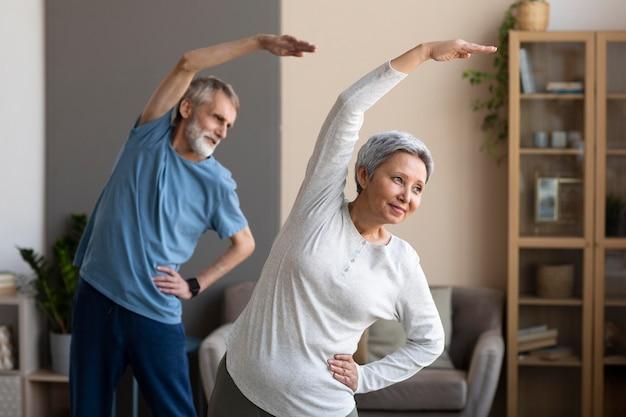 Älteres paar trainiert zusammen Kostenlose Fotos