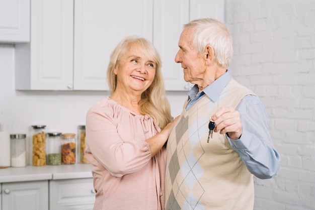 Älteres paartanzen in der küche Kostenlose Fotos