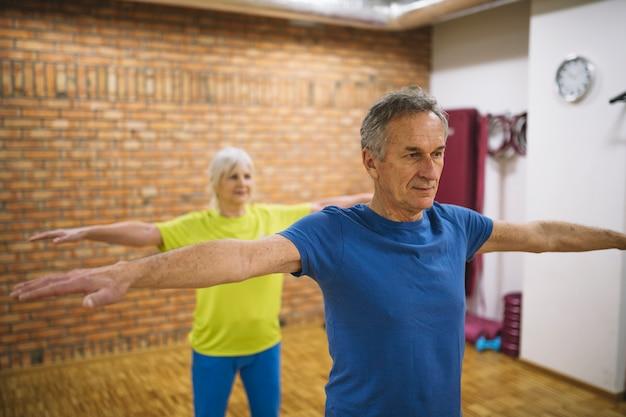Älteres paartraining im fitnessstudio Kostenlose Fotos