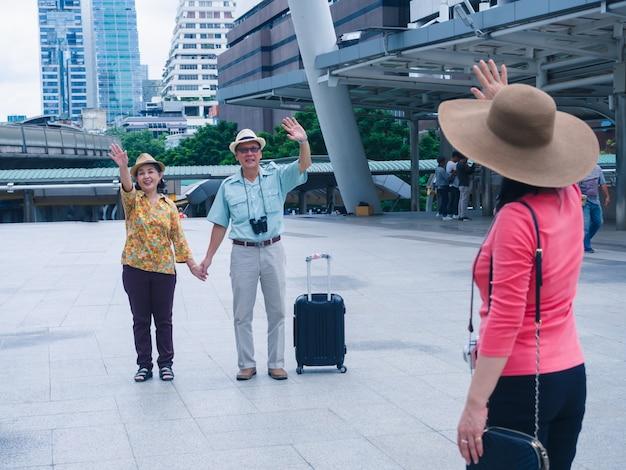 Ältester und freund der paare reisen in stadt mit glücklichem zusammen Premium Fotos