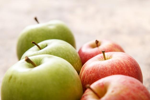 Äpfel auf dem tisch Kostenlose Fotos