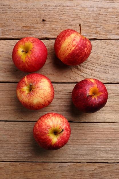 Äpfel auf hölzernen hintergrund Premium Fotos