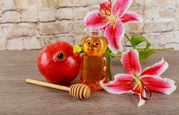 Äpfel, granatäpfel und honig auf einem weinleseteller in der küche. holztisch. der traditionelle rahmen für das jüdische neujahrsfest - rosch haschana. Premium Fotos