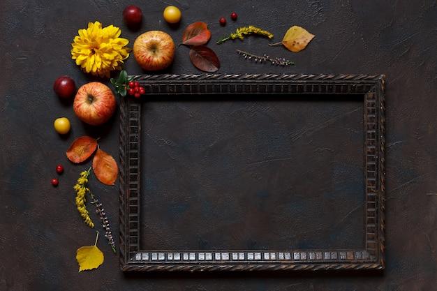 Äpfel, wilde kirschpflaumen, rote beeren und schöne blumen Premium Fotos