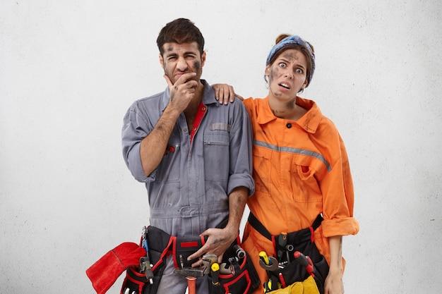 Ärgerliche servicemitarbeiter mit unglücklichen ausdrücken, Kostenlose Fotos