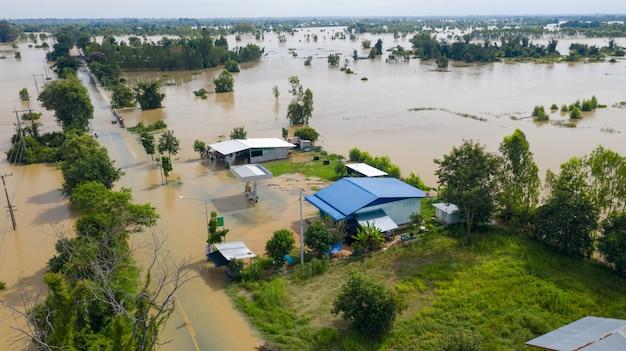 Aerial draufsicht auf überflutete reisfelder und das dorf Premium Fotos