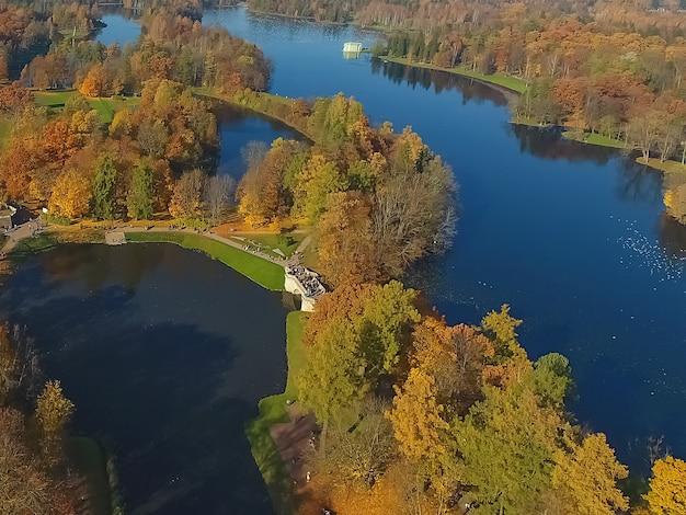 Aero blick auf den park im herbst. see- und waldblick von oben. gatchina. russland Premium Fotos