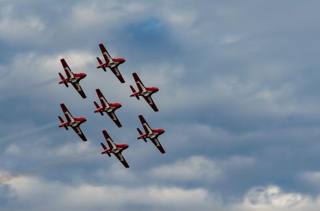 Aerobatic flugzeuge, die an der flugschau im schnellen strom, saskatchewan, kanada durchführen Premium Fotos