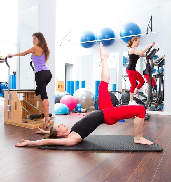 Aerobic pilates-gymnastikfrauengruppe und crosstrainer Premium Fotos
