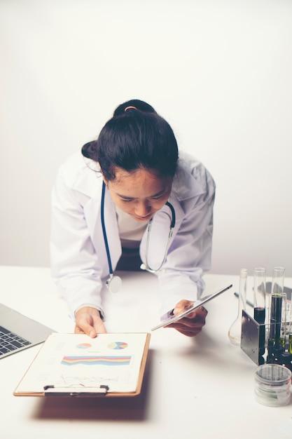 Ärzte analysieren die ergebnisse der gesundheitsuntersuchung. Premium Fotos