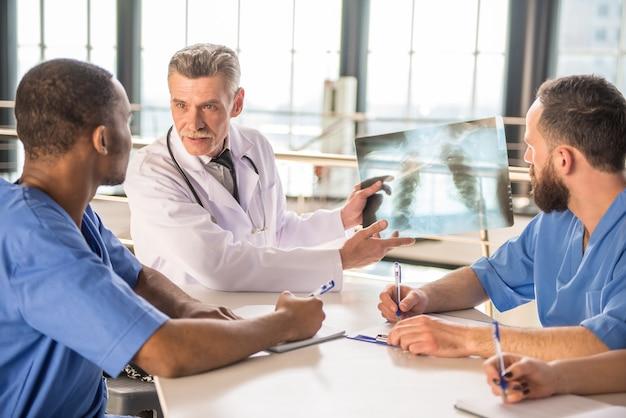 Ärzte, die einen röntgenstrahl betrachten, ergeben krankenhaus. Premium Fotos