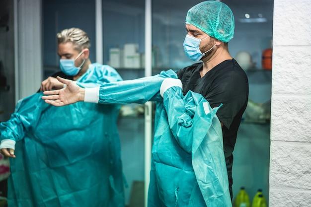 Ärzte, die sich darauf vorbereiten, im krankenhaus für eine chirurgische operation zu arbeiten Premium Fotos