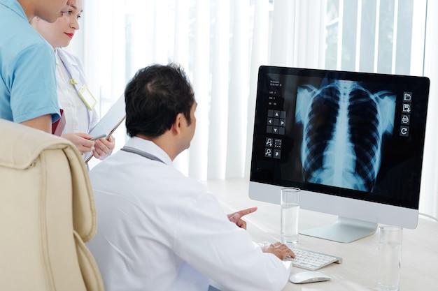 Ärzte diskutieren lungenröntgen Premium Fotos