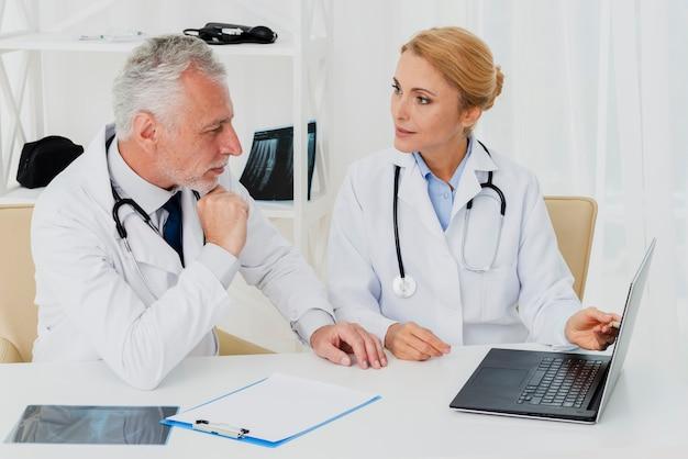 Ärzte forschen am laptop Kostenlose Fotos