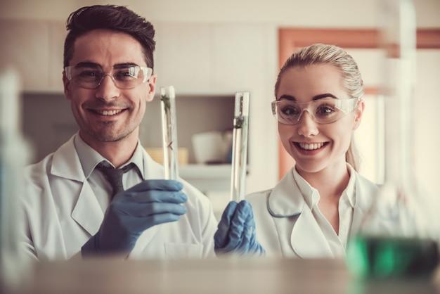 Ärzte in handschuhen und schutzbrille. Premium Fotos