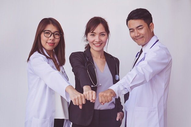 Ärzte und krankenschwestern koordinieren die hände. konzept-teamarbeit Premium Fotos