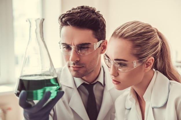 Ärzte untersuchen das wesentliche in reagenzgläsern. Premium Fotos