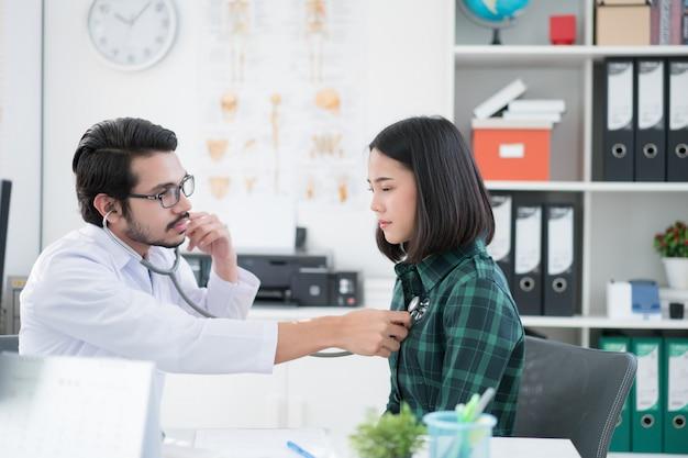 Ärzte verwenden ein stethoskop, um lunge und herz zu überprüfen. Premium Fotos