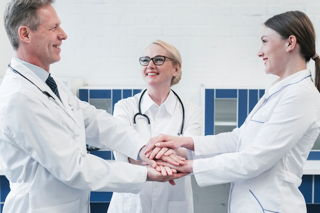 Ärzteteam in einer arztpraxis Kostenlose Fotos