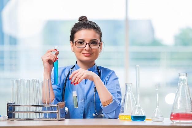 Ärztin, die chemische tests im labor durchführt Premium Fotos