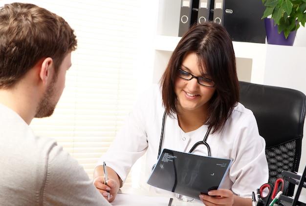 Ärztin, die mit patienten spricht Kostenlose Fotos