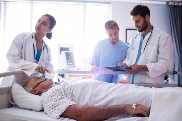 Ärztin, die sauerstoffmaske auf patientengesicht setzt Kostenlose Fotos