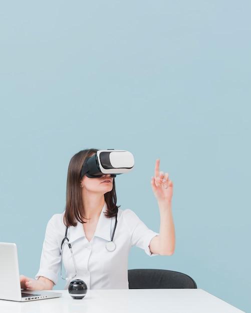 Ärztin, die virtual-reality-headset mit kopierraum verwendet Kostenlose Fotos