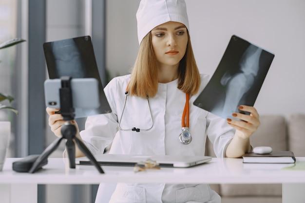 Ärztin, die vlog video über medizin aufzeichnet Kostenlose Fotos
