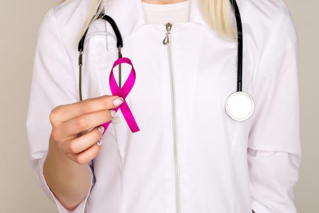 Ärztin hält rosa band, internationaler tag des brustkrebses 7. oktober Premium Fotos