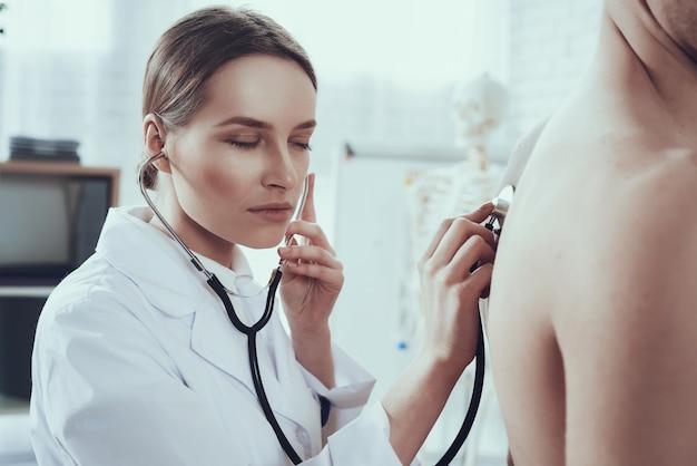 Ärztin hört auf lungen mit stethoskop. Premium Fotos