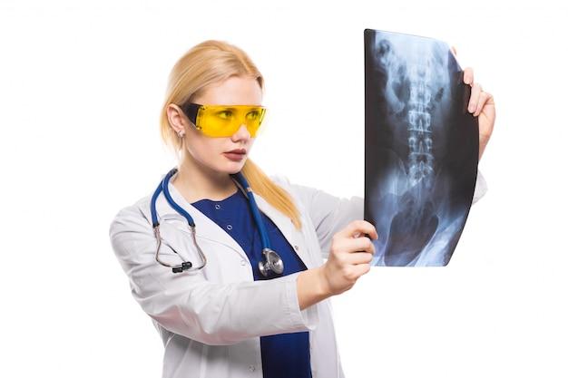 Ärztin im weißen mantel mit röntgenstrahl Premium Fotos