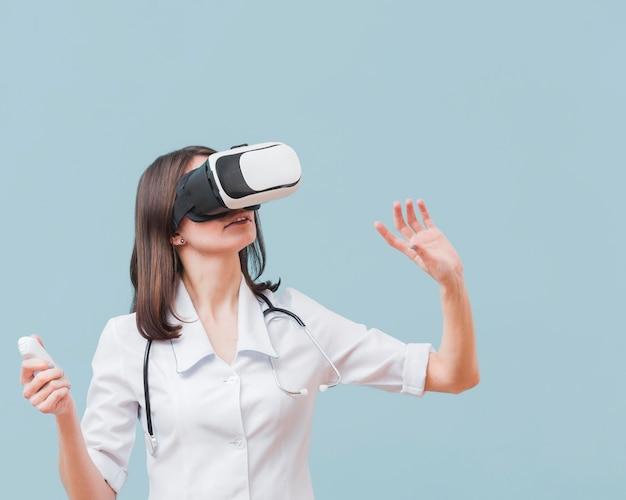 Ärztin mit stethoskop, die virtuelle realität erfährt Kostenlose Fotos