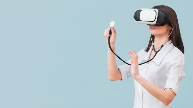 Ärztin mit stethoskop und virtual-reality-headset mit kopierraum Kostenlose Fotos