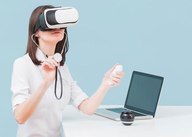 Ärztin mit stethoskop und virtual-reality-headset Kostenlose Fotos