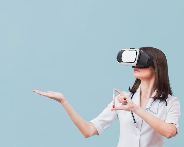 Ärztin mit virtual-reality-headset mit reagenzglas Kostenlose Fotos
