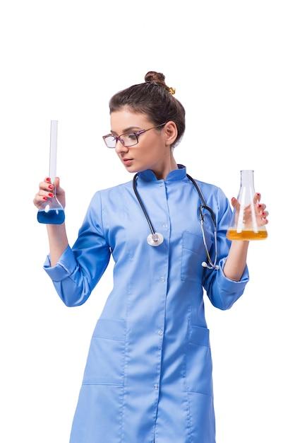 Ärztin, welche die chemischen tests lokalisiert auf weiß durchführt Premium Fotos