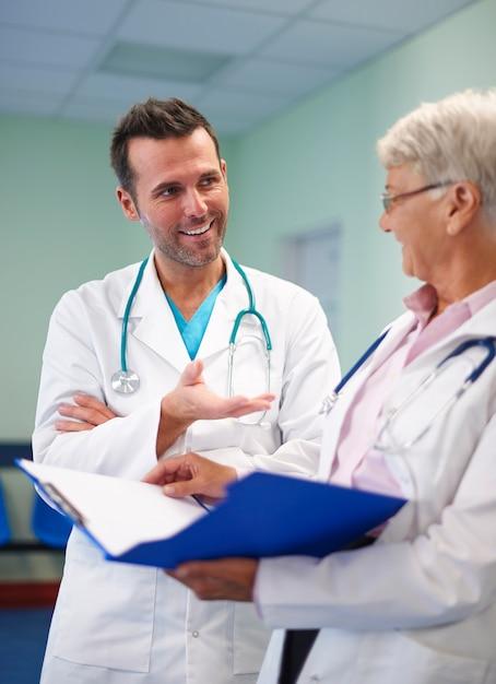 Ärztliche beratung von zwei professionellen ärzten Kostenlose Fotos