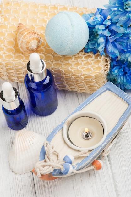 Ätherische öle, badebombe, schwamm, blaue blüten Premium Fotos