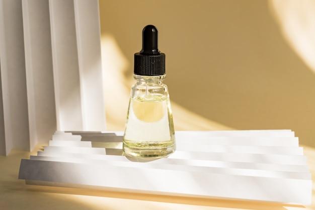 Ätherische öle mit tropfen pipettieren in die flasche an der beigen wand Premium Fotos