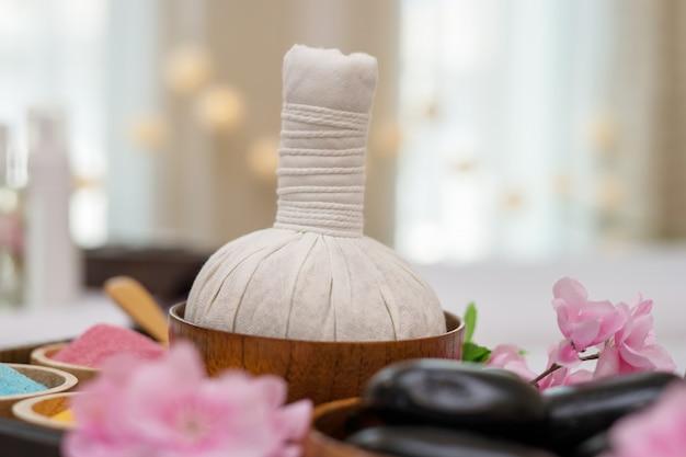 Ätherisches öl, badesalz und schwarze massage heiße steine. spa-salon-konzept Kostenlose Fotos