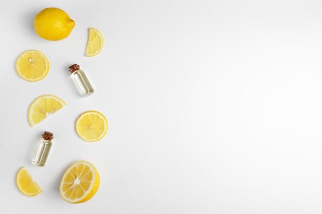 Ätherisches zitronenöl zitronenscheiben auf weißem hintergrund. Premium Fotos