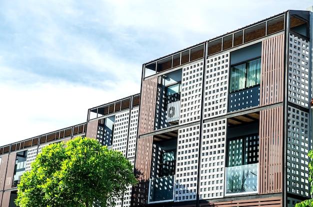 Äußeres eines hölzernen terassenförmig angelegten wohngebäudes Premium Fotos